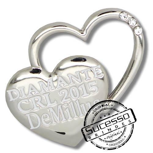 Pin, em metal de Lapela, botton, broche com alfinete, com trava borboleta personalizado, coração, com pedras, demillus