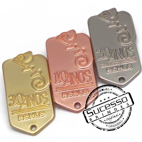 Pin em metal personalizado, com trava borboleta e gravação em relevo com strass, comemorativo, 10 anos, riachuelo