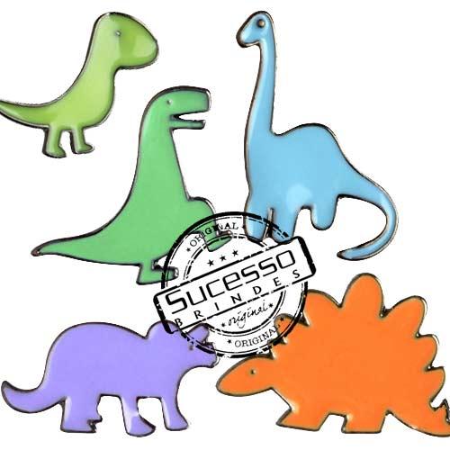 pin fabricado em metal com personalização através de resina colorida, o processo é chamado também de esmaltação ou apenas pins esmaltados.