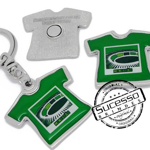 Chaveiro no formato de camiseta e imá para geladeira fabricados em metal e personalizados com temas do Brasil