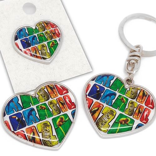 Chaveiro no formato de coração, pin ou broche e imã para geladeira fabricados em metal e personalizados com temas do Brasil